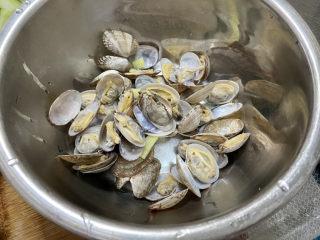 虾皮丝瓜汤➕花蛤虾皮丝瓜汤,捞出洗去残余沙子备用。煮花蛤的水不要倒掉,很鲜美,让它静置沉淀一下,一会煮汤还要用