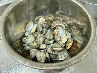 虾皮丝瓜汤➕花蛤虾皮丝瓜汤,吐沙后将花蛤洗净备用