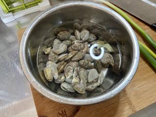 虾皮丝瓜汤➕花蛤虾皮丝瓜汤,花蛤半斤,清水清洗