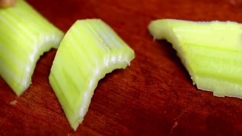 虾皮拌芹菜,芹菜切成小段。