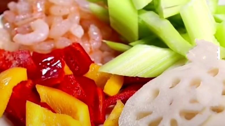虾皮拌芹菜,彩椒切块,藕切片。