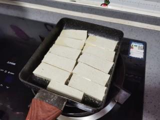 韭菜豆腐,放入豆腐煎至上色