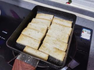 韭菜豆腐,翻面再煎至两面上色