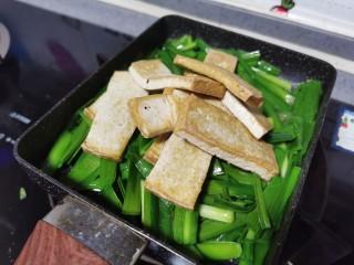 韭菜豆腐,放入豆腐