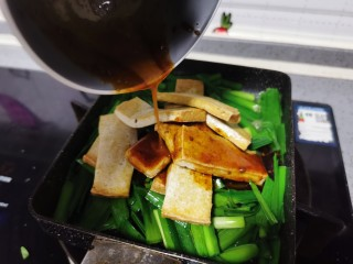 韭菜豆腐,浇上料汁