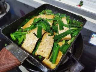 韭菜豆腐,翻炒均匀,小火煎1分钟入味即可出锅