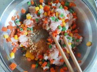胡萝卜鸡肉饼,加入适量的黑胡椒粉,五香粉,鸡精