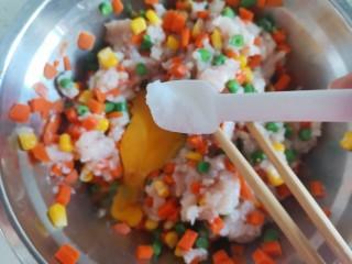 胡萝卜鸡肉饼,加入适量的盐调味