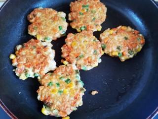 胡萝卜鸡肉饼,煎至两面金黄即可出锅