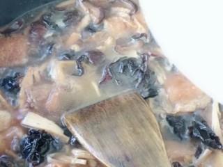 卤面条,在倒入淀粉。