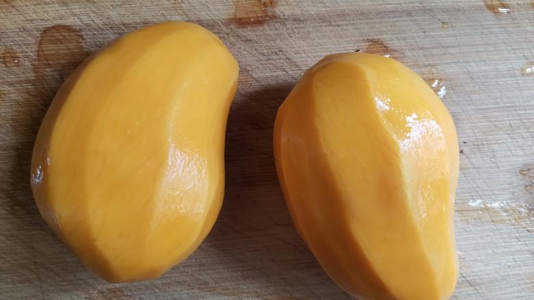 芒果牛奶冻,芒果削皮