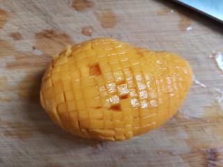 芒果牛奶冻,把芒果两边果肉划小丁
