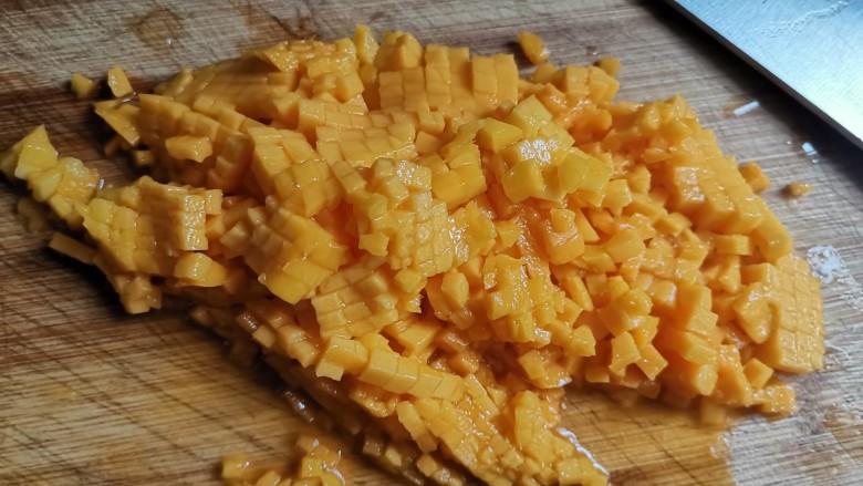 芒果牛奶冻,再把小果肉切下来