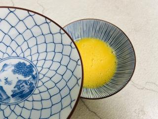 水嫩蒸蛋,加入温水,温开水与蛋液的比例是1.5:1。