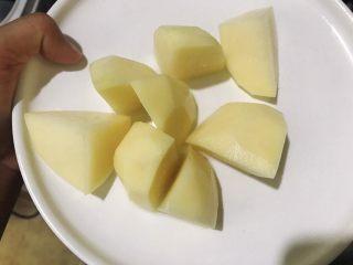 土豆炖鸡腿,切成块状