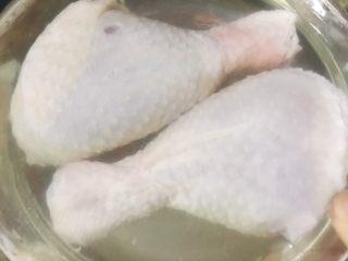 土豆炖鸡腿,鸡腿先浸泡一下