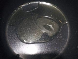 土豆炖鸡腿,锅中倒入适量油