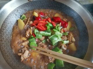 土豆炖鸡腿,下入青红椒翻炒至断生汤汁收干即可