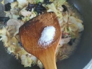娃娃菜炒木耳,加入适量的盐,五香粉翻炒均匀