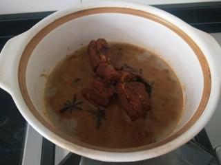 白菜煲,提前做的红烧肉,都不用放调料了直接放食材。