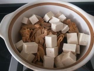 白菜煲,放入豆腐皮,豆腐。