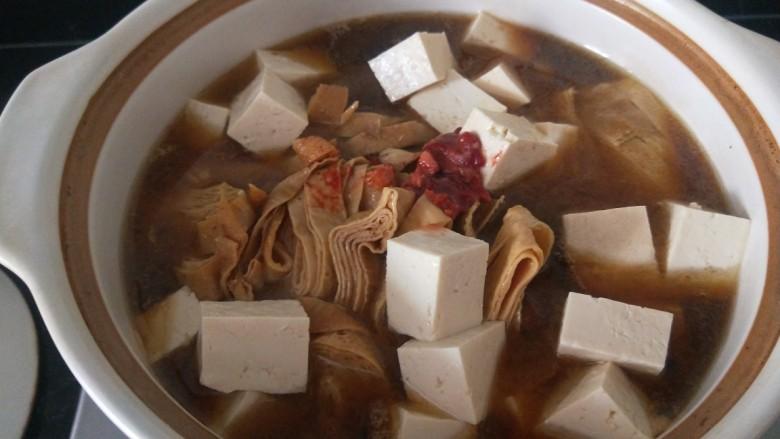 白菜煲,加入适量水煮开。