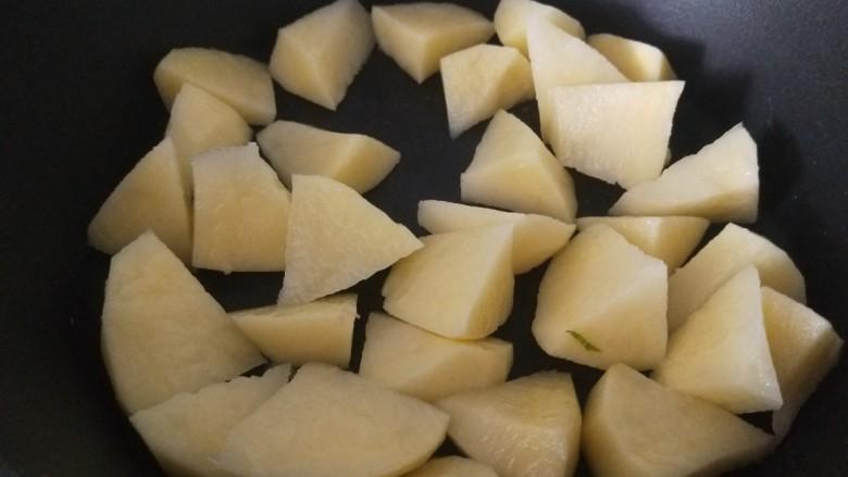 白菜煲,切成小块放入锅中。