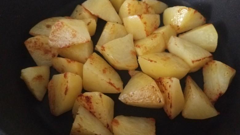 白菜煲,加入适量油煎制微黄五成熟。