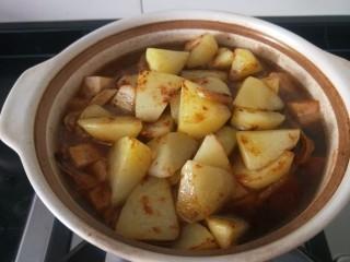 白菜煲,放入锅中这样煎制的土豆不易煮烂保形。