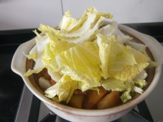 白菜煲,最后放入白菜很多吧,没关系熟了就不多了。