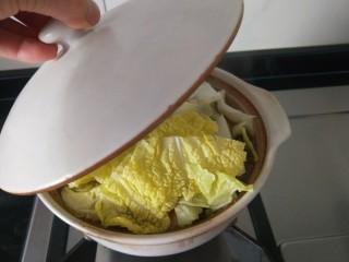 白菜煲,在盖上盖子。