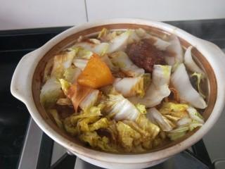 白菜煲,搅拌均匀加入适量盐。