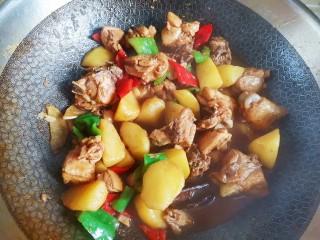 土豆炖鸡腿,翻炒均匀即可出锅