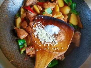 土豆炖鸡腿,然后加入适量的盐鸡精五香粉