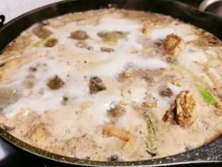 土豆炖鸡腿,大火煮沸,冒出血水