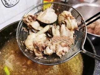 土豆炖鸡腿,捞出鸡腿