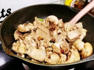土豆炖鸡腿,倒入鸡腿,改大火