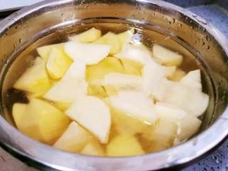 土豆炖鸡腿,土豆去皮滚刀切块,泡在水里