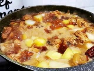 土豆炖鸡腿,大火煮沸后改中火