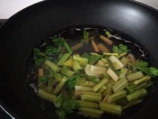 凉拌芹菜木耳,芹菜在水沸腾后焯1分钟捞出
