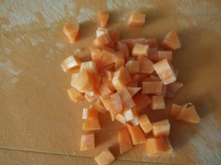 鸡蛋卷土豆泥,在切成小丁。