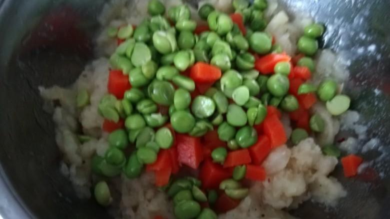 鸡蛋卷土豆泥,加入煮熟的豌豆胡萝卜丁。