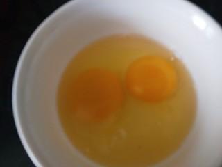 鸡蛋卷土豆泥,鸡蛋两个打入碗中搅拌均匀。