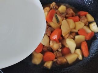 土豆炖鸡腿,倒入清水没过食材,大火烧开转中小火炖20分钟
