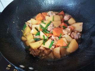 土豆炖鸡腿,炖好加入少许鸡精,放入小葱炒匀