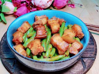 豆角焖肉,鲜香可口的豆角焖肉就上桌了。