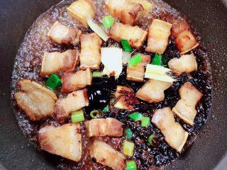 豆角焖肉,放入料酒、耗油、老抽。