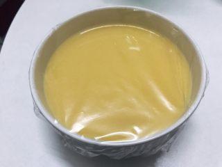 水嫩蒸蛋,盖上保鲜膜