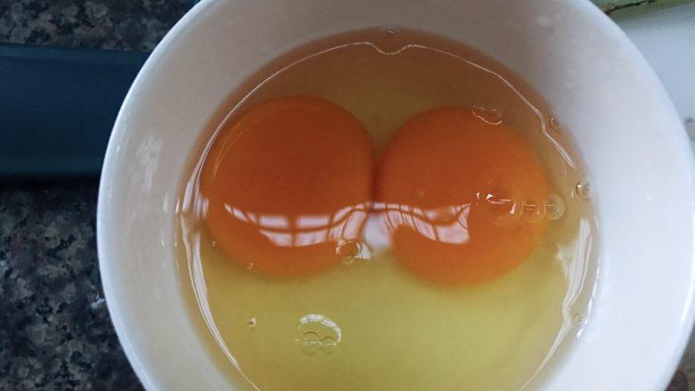 水嫩蒸蛋,碗中磕入两个鸡蛋