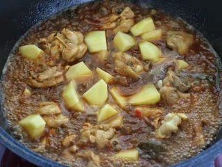 土豆炖鸡腿,将土豆块放进去继续小火焖炖15分钟左右。